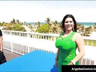 सुडौल क्यूबन एंजेलीना अरंडी होटल की छत पर बिल्ली है