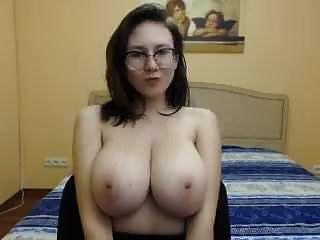 बड़ी फर्म स्तन के साथ सुंदर लड़की