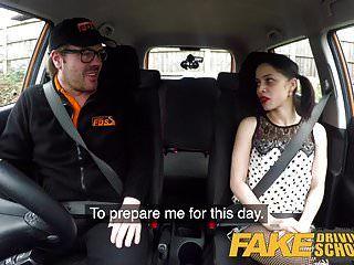 नकली ड्राइविंग स्कूल किसी न किसी सीखने के लिए पीछे की सीट बकवास