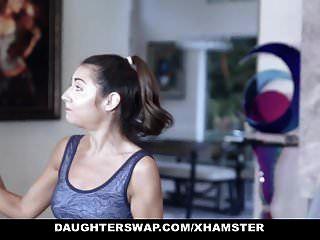 बेटियां प्यारा प्यारा किशोर जिमनास्ट पिता द्वारा गड़बड़ हो जाता है