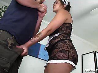नौकरानी को उसके डिक पर उसके हाथ पाने की जरूरत है