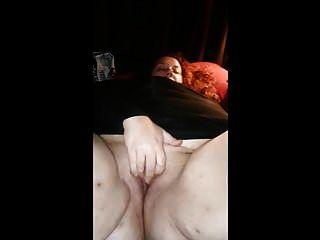 क्रिसी उसकी चूत के साथ खेल रही थी