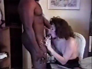 उन्होंने काले आदमी को अपनी पत्नी को चोदने के लिए घर बुलाया