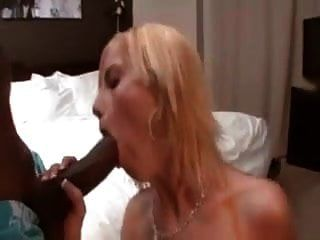 एक tatted सफेद पत्नी एक काले आदमी को घर लाती है