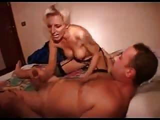 बड़े स्तन के साथ खुशमिजाज आदमी सेक्स