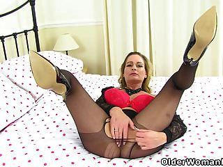 ब्रिटेन से pantyhosed milf सुरुचिपूर्ण पूर्व संध्या एक dildo fucks