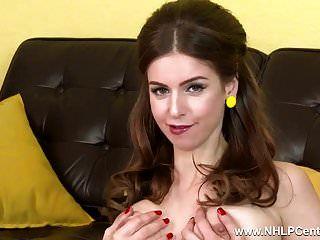 प्राकृतिक बड़े स्तन श्यामला उंगली सरासर रेट्रो नाइलन के मोज़े में fucks