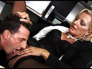 सुंदर फूहड़ उसके कार्यालय में गड़बड़ कर दिया