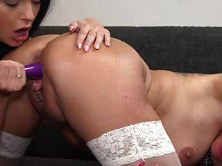 सेक्सी माँ और बेटी dildo के साथ एक दूसरे को बकवास