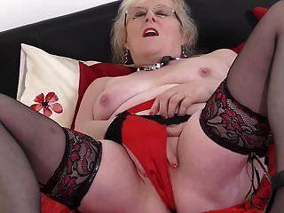 बहुत भूखी योनि के साथ पुरानी ब्रिटिश दादी
