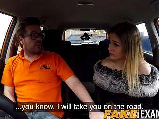 उसे ड्राइविंग टेस्ट पास करने के लिए सींग का ब्रिटिश फूहड़ सवारी