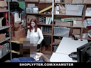 रेडहेड किशोर ने चोरी करने वाले अधिकारी को सेक्स के लिए पकड़ा