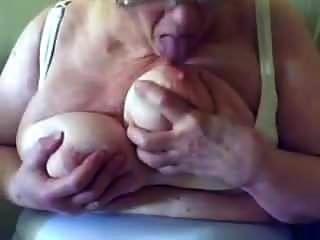 शरारती sassy बेकार है और उसके बड़े स्तन पर drools