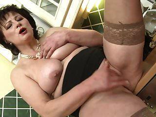 मीठे बड़े स्तन और गीला योनी के साथ माँ