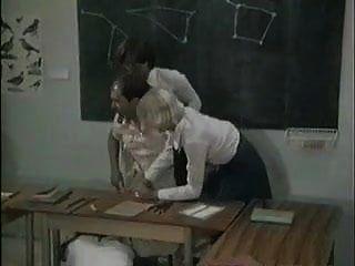 स्कूल की लड़कियां शिक्षक की मदद करती हैं
