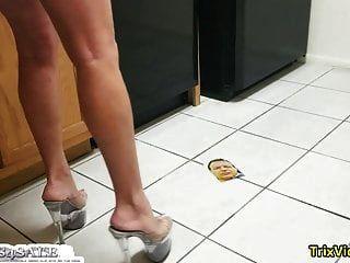 तुम मेरी स्कर्ट देखना चाहते हो? अब, मैं नाराज हूँ!