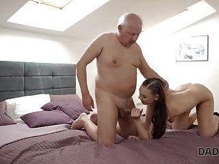 daddy4k। स्मार्ट डैड, बेटे के साथ अकेले रहने के बहाने पाता है