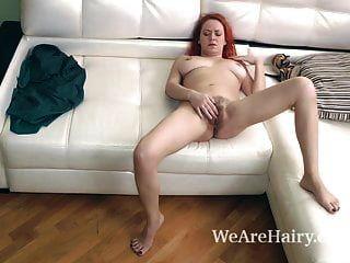natali उसके चमड़े के सोफे पर हस्तमैथुन करता है