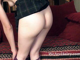 सिल्की स्मित स्ट्रिप्स नग्न और सेक्सी उसके लाल सोफे पर