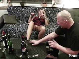 पड़ोसी जर्मन मिल्फ को वाइन चखने के लिए बहकाया