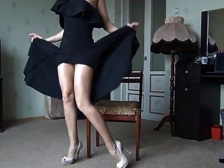 पैरों और बिल्ली दिखा काले कपड़े में हॉट महिला