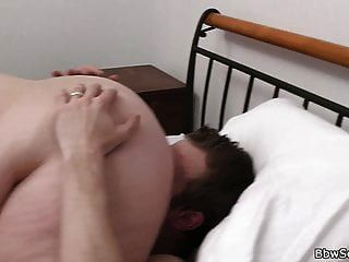 गर्म 69 मौखिक और सुनहरे बालों वाली BBW के साथ सेक्स धोखा