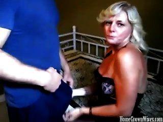 सेक्सी बस्टी ब्लोंड वाइफ मिल्किंग एक बड़ा कॉक