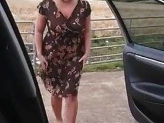 सफेद गलफुल्ला ममी सड़क पर कपड़े बदलते हुए