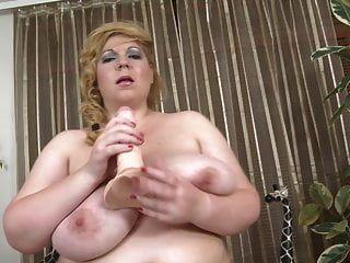 विशाल प्राकृतिक स्तन और राक्षस मुर्गा के साथ माँ