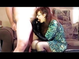 वह चमड़े के दस्ताने, जूते और सह के लिए चूसना प्यार करती है