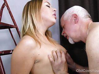 पुरानी चला जाता है युवा प्यारी आपसी संभोग तक एक पुराने डिक की सवारी करता है