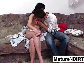 busty श्यामला परिपक्व सोफे पर बढ़ जाता है