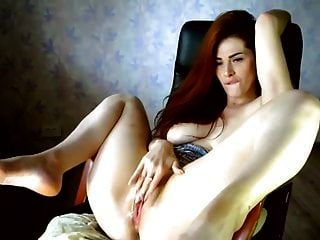 सुंदर रूसी लड़की हस्तमैथुन बिल्ली और फुहार