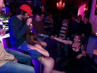 एशले लेन को अजनबी लोगों की भीड़ ने रौंद दिया है