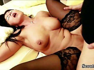 सौतेले बेटे के साथ निजी सेक्स टेप में मोजा में गर्म जर्मन माँ