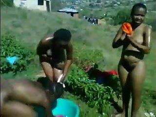 ईबोनी ज़ुलु लड़कियों को डांस से पहले स्तन धोने