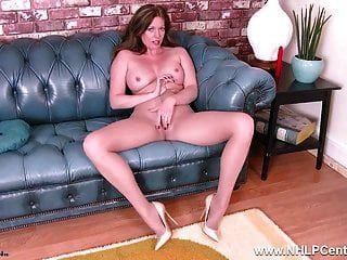 एमआईएलए होली चुंबन rips खुली pantyhose उसे खिलौना संभोग करने के लिए fucks