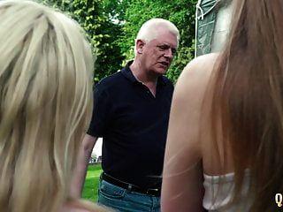 2 खूबसूरत किशोर दोनों दादाजी को चोदते हैं और लड़कियां उसका लंड चूसती हैं