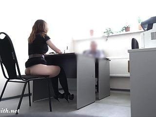 गुप्त कैमरा। असली नौकरी के साक्षात्कार मालिक के लिए नग्न शो में बदल जाता है