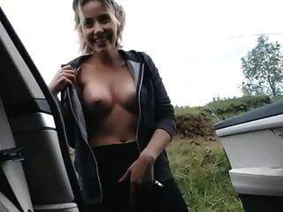 प्यारा गोरा कार में बाहर हस्तमैथुन और फुहार
