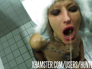 शौचालय वेश्या vilja उसके फूहड़ मुँह में पेशाब का भार हो जाता है