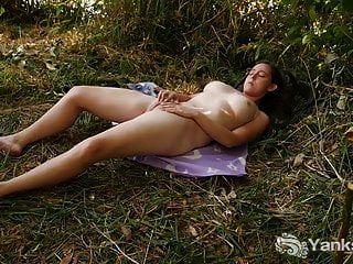 यान माइकेल नदियाँ घास में खेलती हैं