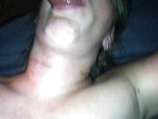 मेरी पत्नी ने मुंह में सींग का बना हुआ और चेहरे पर छिड़काव किया