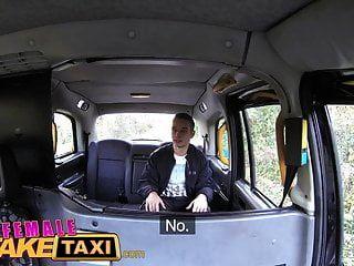 महिला नकली टैक्सी आदमी गर्म श्यामला के साथ भाग्यशाली हो जाता है
