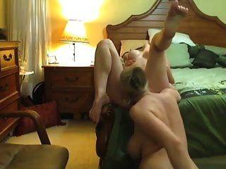 गर्भवती माँ वेब कैमरा के लिए अपनी सौतेली बेटी की बिल्ली चाट