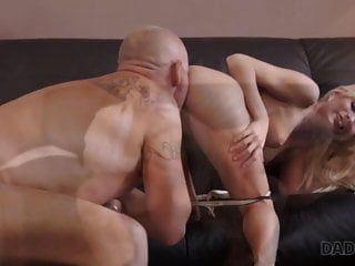 daddy4k। उत्सुक गोरा अनुभवी के साथ सेक्स की कोशिश करना चाहता था ..