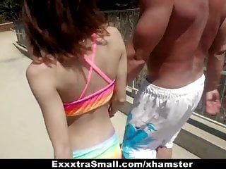 exxxtrasmall बीच बेब होटल के कमरे में बंधे