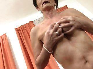 शरारती दादी अपनी पुरानी योनी खिलाती है