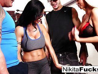 निकिता वॉन जेम्स एक कसरत नंगा नाच में शामिल होती है