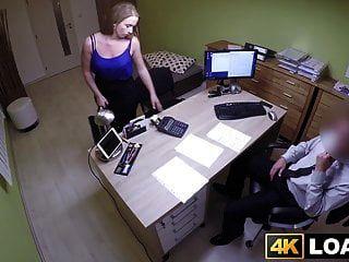 आश्चर्यजनक बेब अनिच्छा से उसके ऋण एजेंट द्वारा गड़बड़ हो जाता है